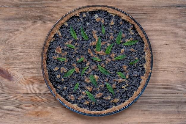 自家製のオーガニックブルーベリーパイデザートをすぐに食べて、クローズアップ。クルミとブルーベリーのタルト。クローズアップ、上面図