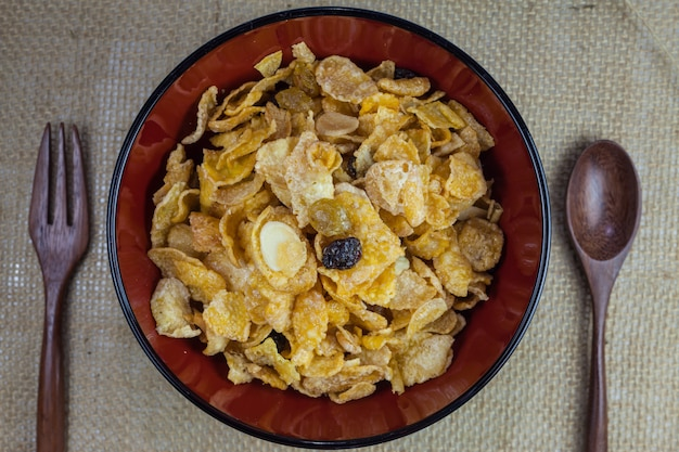 아름다운 그릇에 모듬 견과류와 함께 만든 유기농 카라멜 시리얼.
