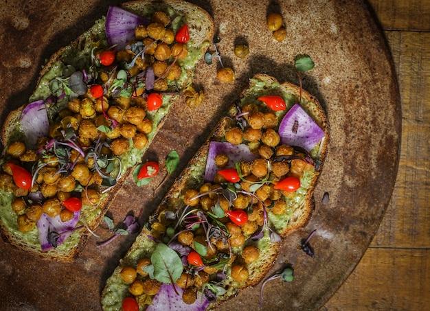 나무 접시에 홈메이드 유기농 병아리콩 토스트