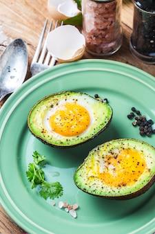 Домашнее органическое яйцо, запеченное в авокадо с солью и перцем