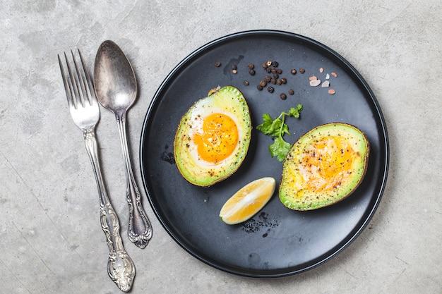 소금과 후추로 아보카도에서 구운 유기농 계란