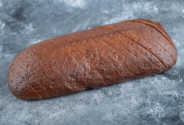 自家製のオーガニックパンパーニッケルライ麦パンをスライスにカット。高品質の写真