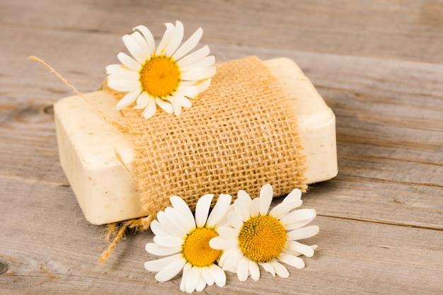 カモミールの花と自家製の有機石鹸