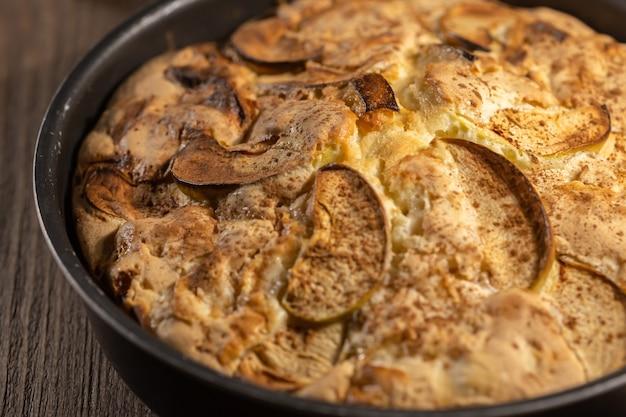 금속 베이킹 그릇에 홈메이드 오븐 구운 사과 파이