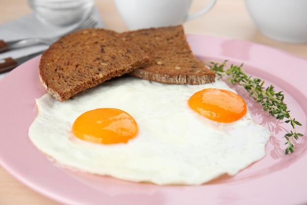 簡単な目玉焼きの上に自家製のパンとプレート
