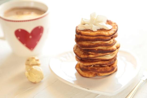 아침 식사 커피 컵과 함께 홈메이드 팬케이크 흰색에 사탕과 건강한 아침 아침 식사