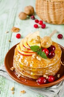 Домашние блины с медом, яблоком, клюквой и орехами