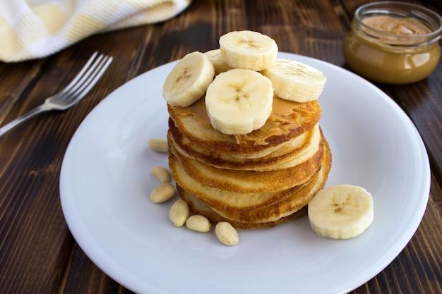 ピーナッツペーストとバナナの自家製パンケーキ