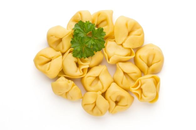 Домашняя паста, сырые тортеллини с зеленью.