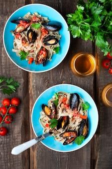 Домашняя паста тальятелле с мидиями в томатном соусе