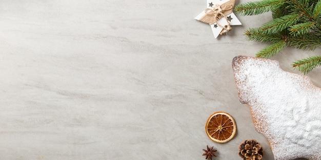 自家製ペストリー、クリスマスツリーの形をしたビスケット、トウヒの枝、石のテーブルの装飾。上面図。
