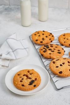 Домашняя выпечка - круглое крупное печенье с изюмом. детские угощения, десерты из натуральных продуктов. печенье и молоко
