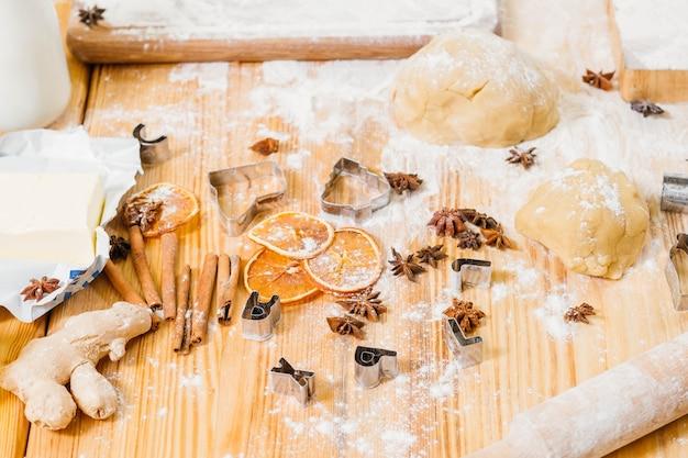 수제 생과자. 주방 테이블 엉망. 진저 브레드 비스킷을 만들기위한 재료와 도구.