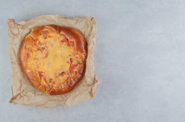 シート紙にチーズを添えた自家製ペストリー。