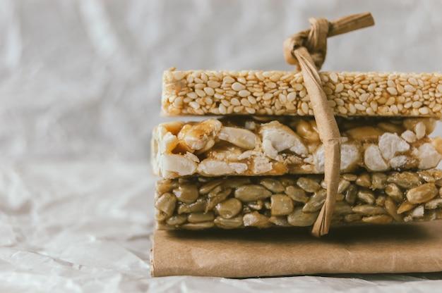 ピーナッツゴマとヒマワリの種からもろい自家製ピーナッツ。