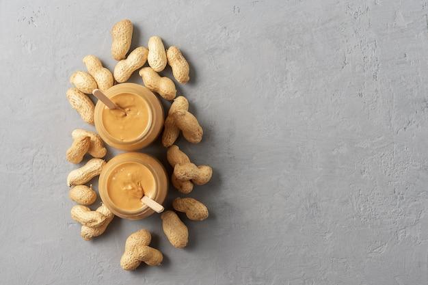 Домашнее арахисовое масло в стеклянной банке