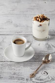 自家製梨のデザートと朝のテーブルの上のコーヒーカップ