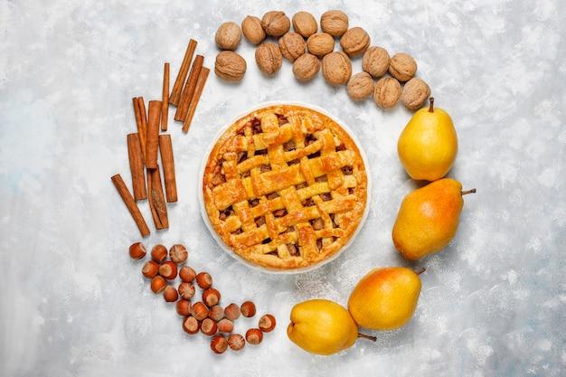 Домашний грушевый пирог с корицей и грецкими орехами на свете