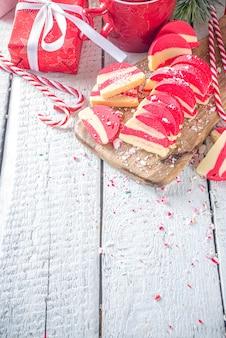 수제 페퍼민트 쿠키 흰색과 빨간색 벨벳 초콜릿 살라미 크리스마스 사탕 지팡이 스타일 과자