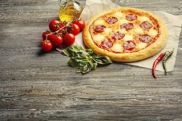 木製のテーブルに自家製ペパロニピザ