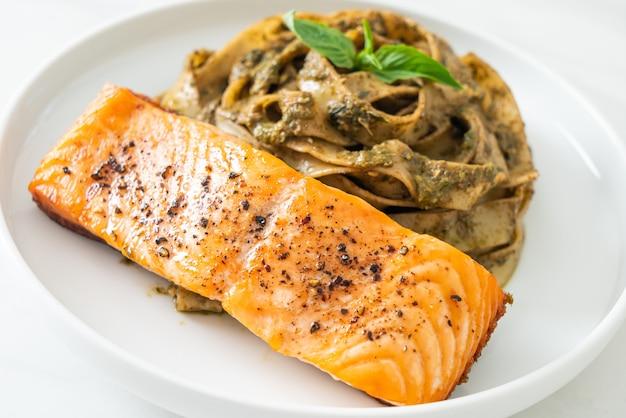 Домашняя паста спагетти с песто феттучини и филе лосося на гриле