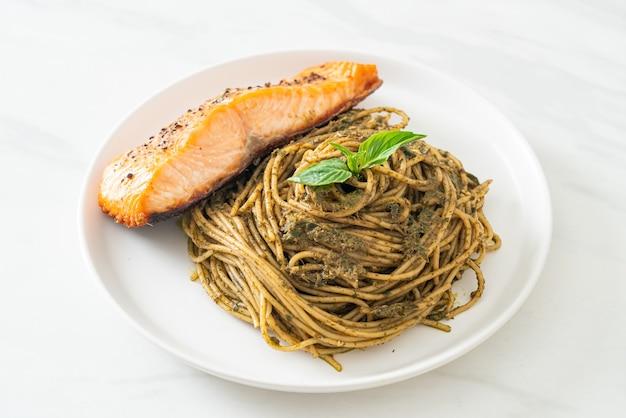 Домашняя паста со спагетти песто с лососем на гриле - стиль итальянской кухни