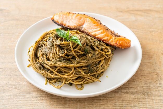 Домашняя паста со спагетти песто с лососем на гриле - итальянский кулинарный стиль