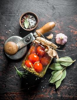 自家製のトマトのピクルスとスパイス。暗い素朴な背景に