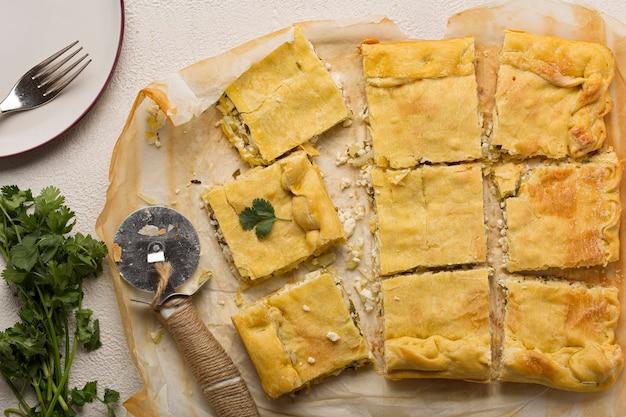 Рецепт домашнего пирога. пирог с мясной начинкой на светлом столе, вид сверху