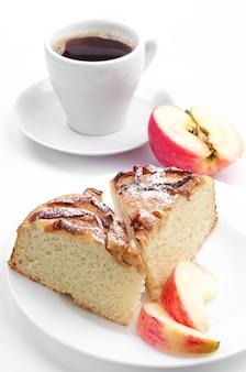 白い背景の上のリンゴとコーヒーのカップと自家製パイ