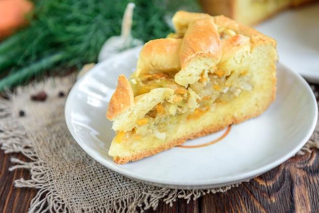 Домашний пирог с капустой, морковью, луком и мясом на дровах