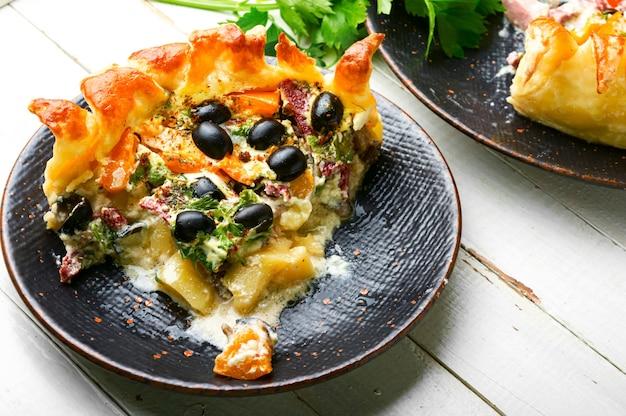 Домашний пирог с оливками, грибами и колбасой. соленые пироги