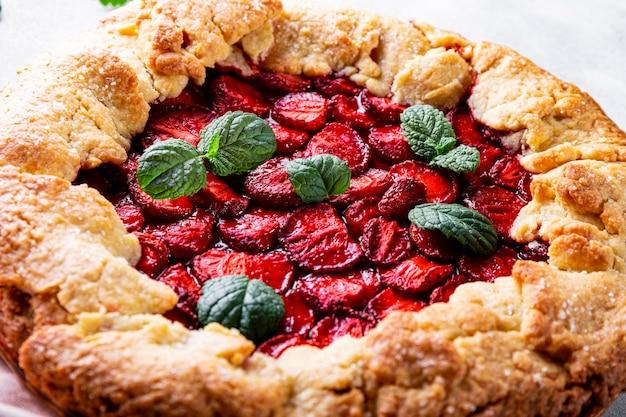 딸기가 있는 홈메이드 파이는 딸기와 함께 여름 패스트리를 닫습니다
