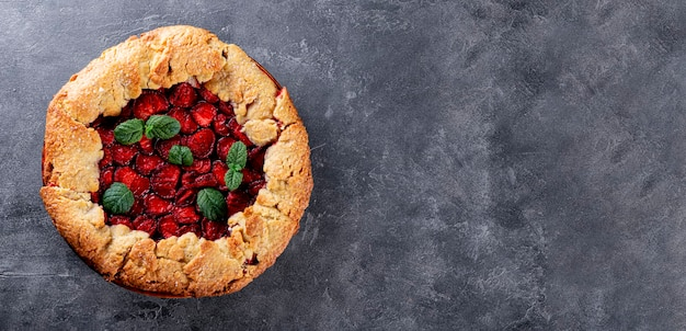 회색 배경 위에 딸기를 넣은 홈메이드 파이, 베리 배너가 있는 여름 페이스트리