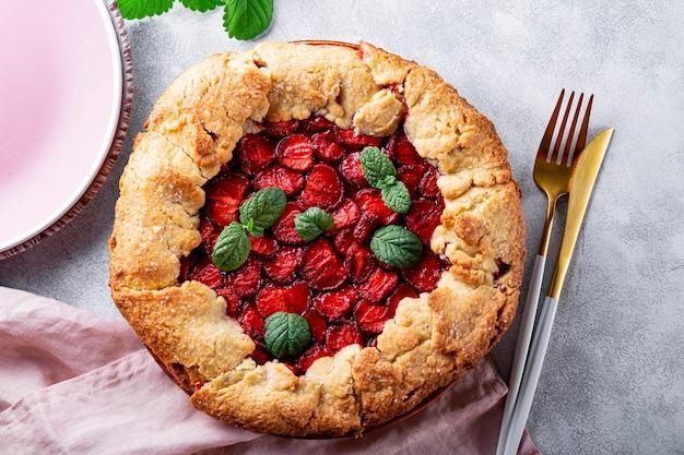 회색 배경 위에 딸기를 넣은 홈메이드 파이, 딸기가 있는 여름 페이스트리