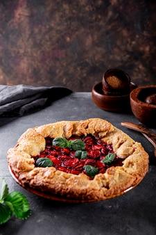 복사용 딸기 세로 사진이 있는 테이블 여름 패스트리 위에 딸기를 넣은 홈메이드 파이