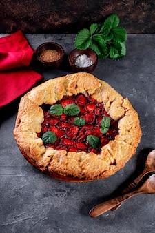 딸기 수직 사진과 함께 테이블 여름 패스트리에 딸기와 홈메이드 파이
