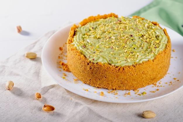 테이블에 만든 피스타치오 치즈 케이크. 선택적 초점.