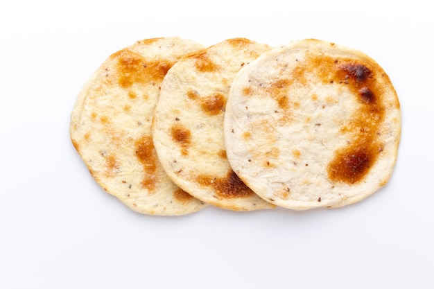 自家製ピタパン。白い背景で隔離のアラブパン。