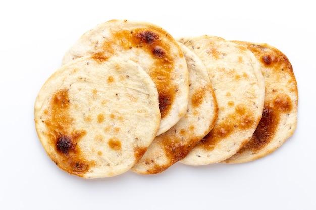 自家製ピタパン。白い表面に分離されたアラブのパン。