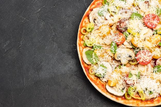 Домашняя пицца и ингредиенты для приготовления пиццы