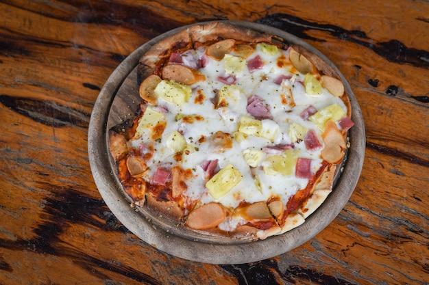 Кусочек сыра домашней пиццы на деревянном подносе
