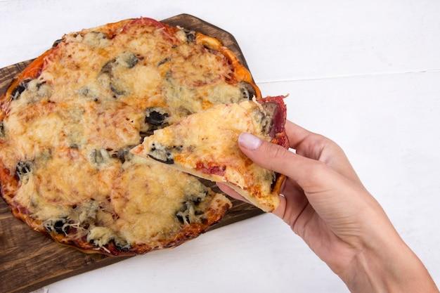 흰색 바탕에 수제 피자