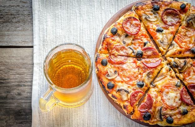 ビールのグラスと自家製ピザ