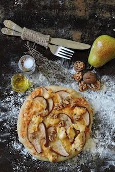 洋ナシ、チーズ、クルミの自家製ピザ。