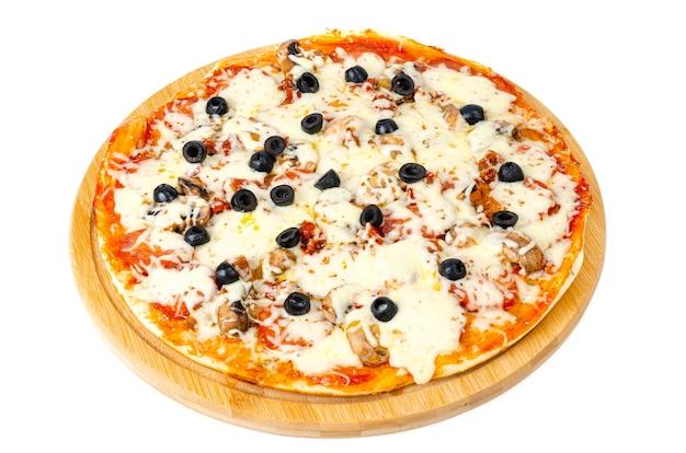 ペパロニ、マッシュルーム、モッツァレラチーズ、オリーブを使った自家製ピザ。