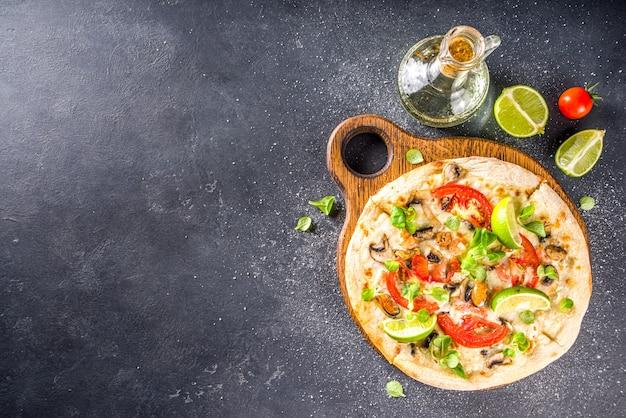 シーフードの自家製ピザ