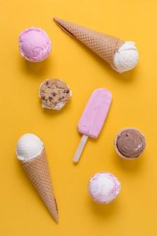 自家製ポップシクルアイスクリームとカップケーキ