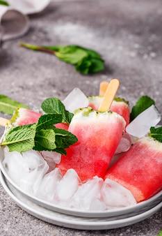 Домашнее фруктовое мороженое в форме арбуза