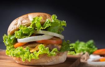 自家製の豚肉ハンバーガー、黒の背景